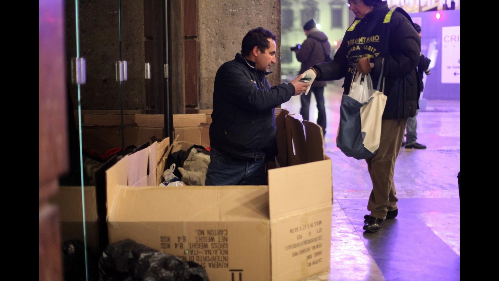 Milano, 100 senzatetto a pranzo per la Befana, serviti da volti noti