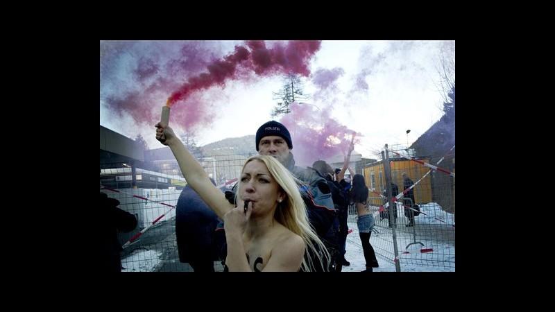 Femen irrompono a Forum di Davos, a seno nudo contro dominio maschile