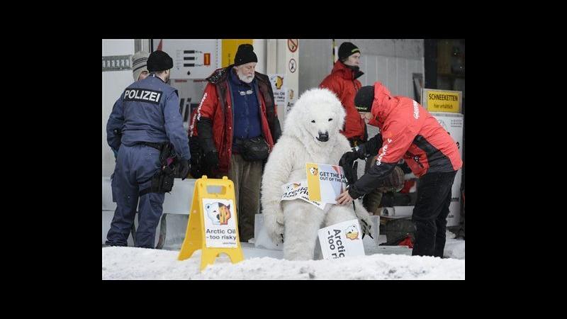 Attivisti Greenpeace protestano a Davos contro trivellazioni in Artico