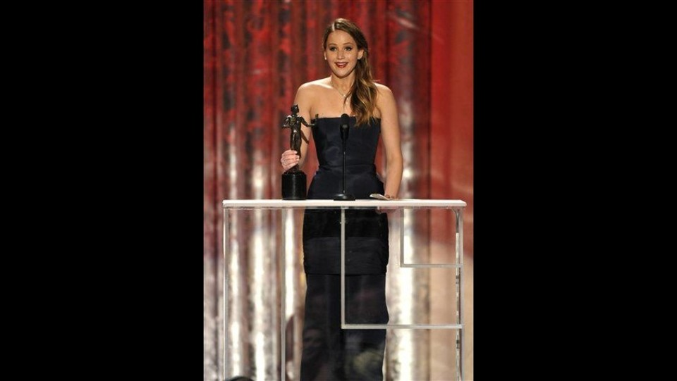 1ba45d430b42c0 Screen actor award, cede abito Jennifer Lawrence, Dior: E' fatto così