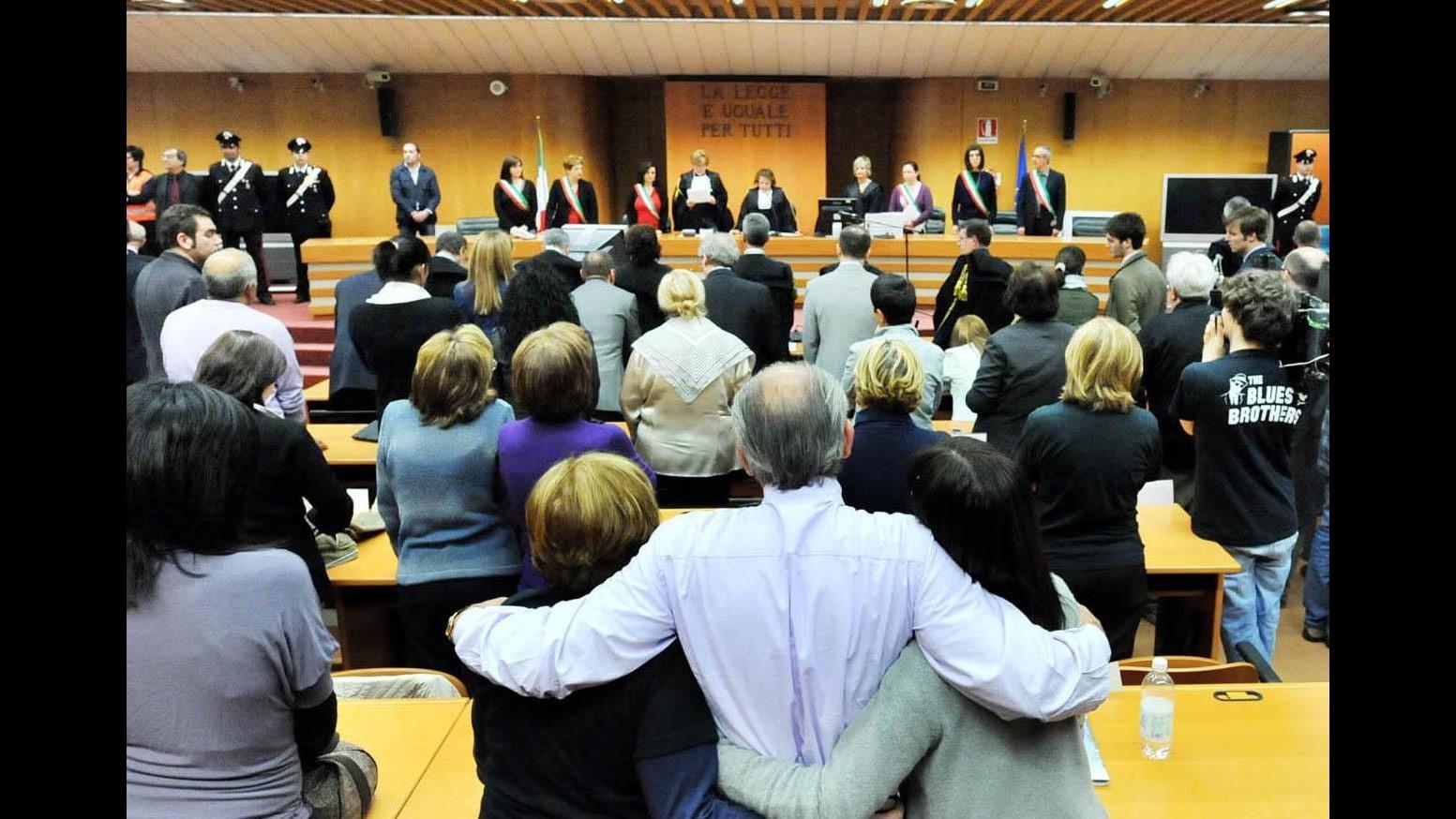 Thyssen, oggi la sentenza, le foto delle vittime su cancello Tribunale