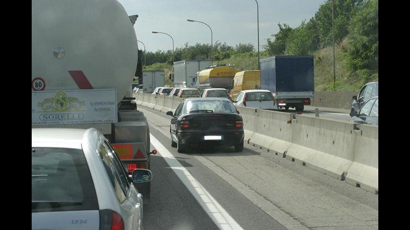 Imperia, si ribalta camion di vitelli su A10: traffico bloccato