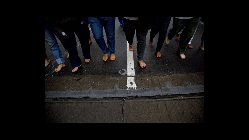 Venezuela, studenti in marcia a piedi scalzi contro il governo