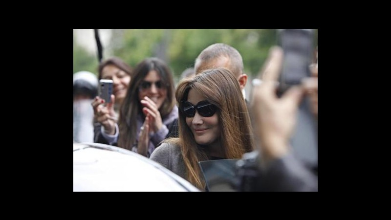 La nuova canzone di Carla Bruni 'Il pinguino' critica Hollande?