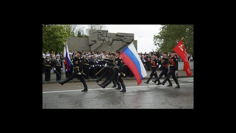 Ucraina, a parata vittoria Mosca sfila anche unità con bandiera Crimea