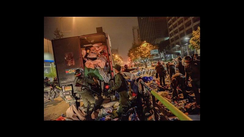 Venezuela, scontri fra polizia e manifestanti a Caracas: ucciso agente