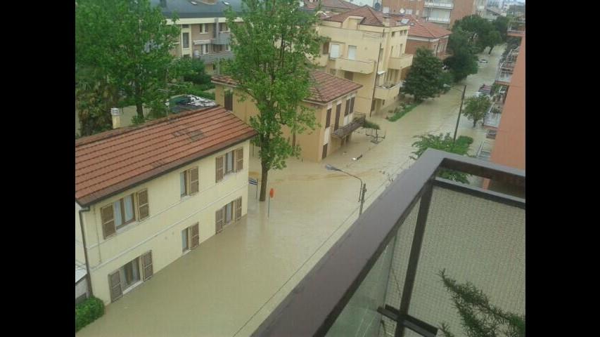 Maltempo Marche, Regione: Molte famiglie evacuate, Senigallia divisa in due