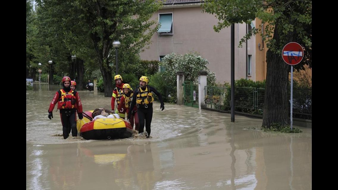 Maltempo, alluvione  nelle Marche. Renzi in contatto con Gabrielli. Evacuati e due morti