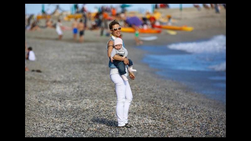Michelle Hunziker dolce mamma con la figlioletta Sole a Varigotti