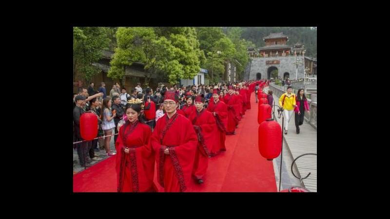 Cina, celebrate nozze tradizionali di 52 coppie a Chongqing