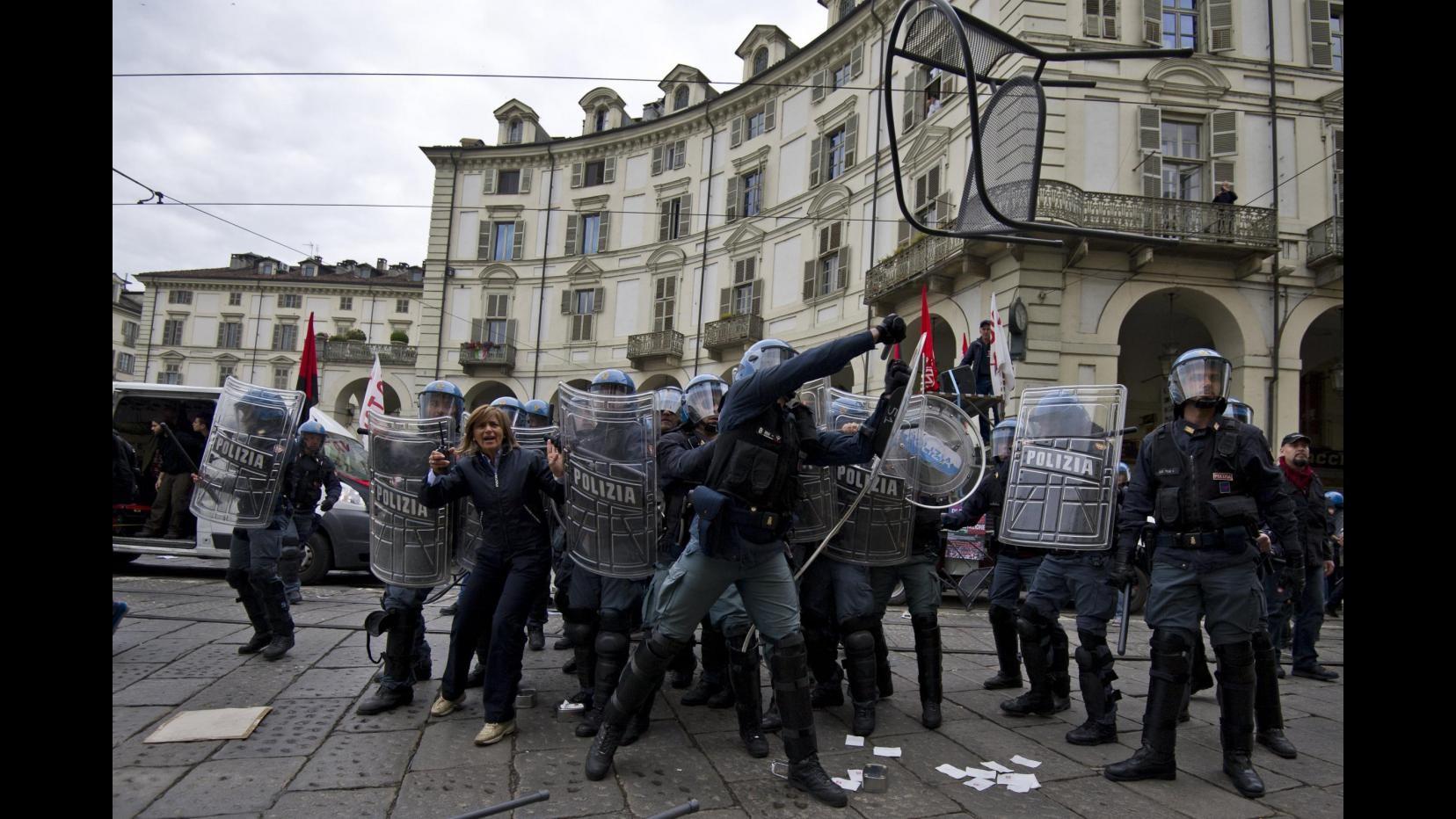 Primo maggio, scontri  fra antagonisti e polizia a Torino: 3 fermati e decine di feriti