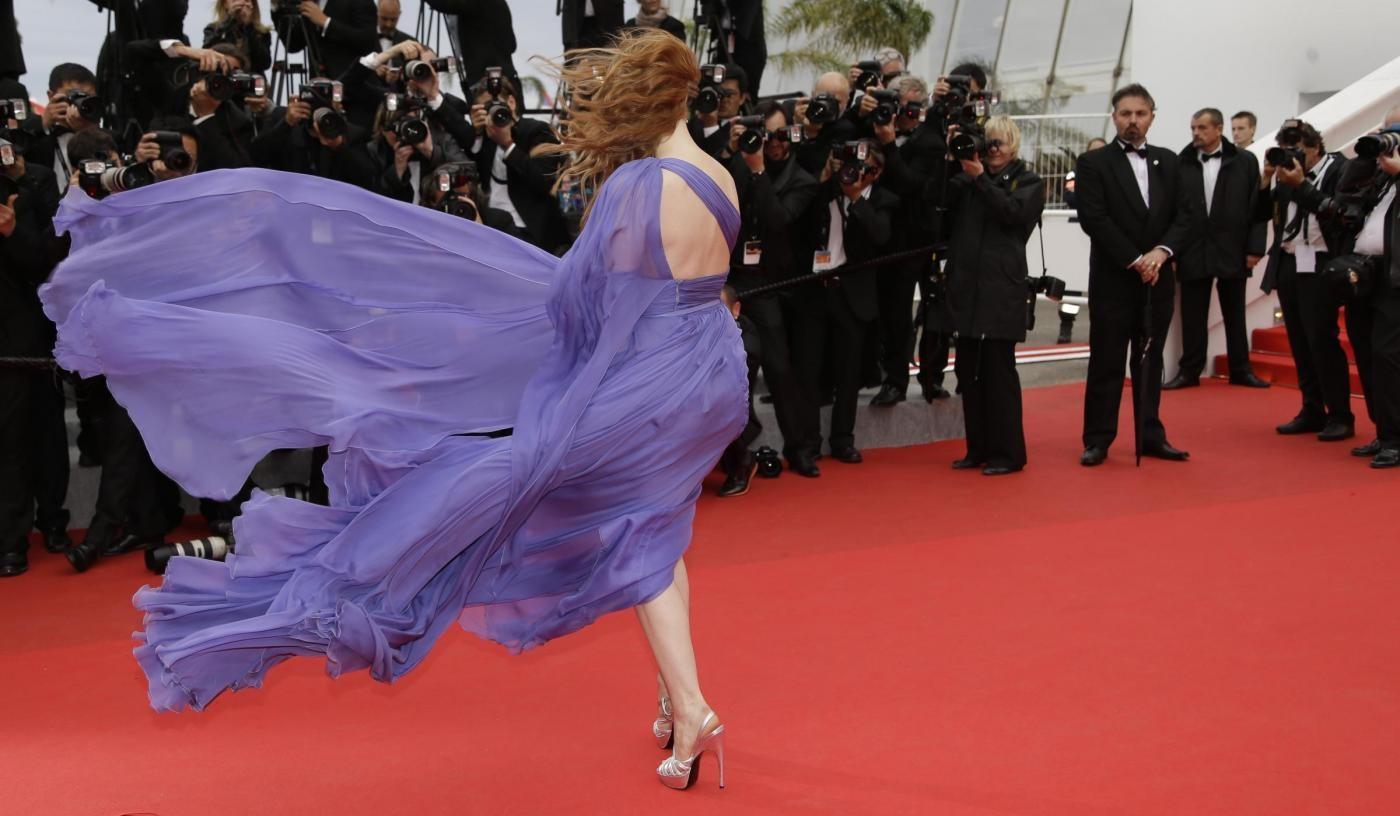 Cannes, red carpet ventoso: Chastain e Cole in difficoltà con gli abiti