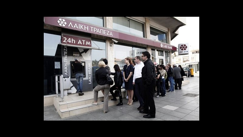 Cipro, bancomat Laiki presi d'assalto, file di 40-50 persone
