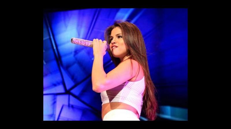 Selena Gomez sta cercando di cancellare Justin Bieber dalla sua vita