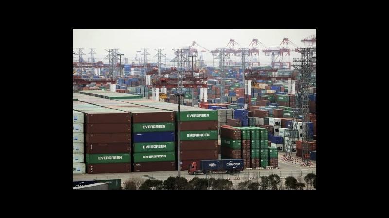 Cina, a marzo bilancia commerciale passa in rosso