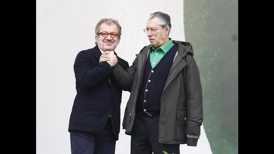 Lega a Pontida ritrova unità: abbraccio tra Maroni e Bossi