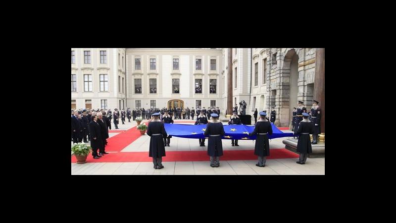 Bandiera Ue innalzata su castello Praga, presente anche Barroso