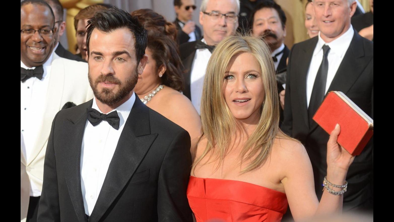 Jennifer Aniston posticipa le nozze con Justin Teheroux a fine estate
