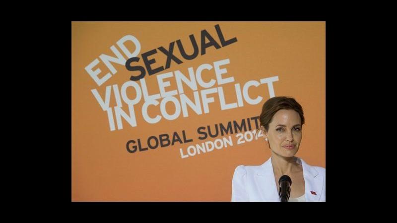 Angelina Jolie lancia un summit a Londra sugli stupri di guerra