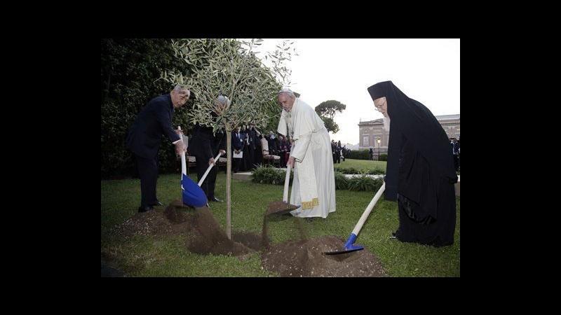Papa Francesco prega con Peres e Abbas per la pace in Medioriente