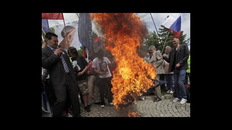 Serbia, a Belgrado nazionalisti bruciano bandiere Ue e Kosovo