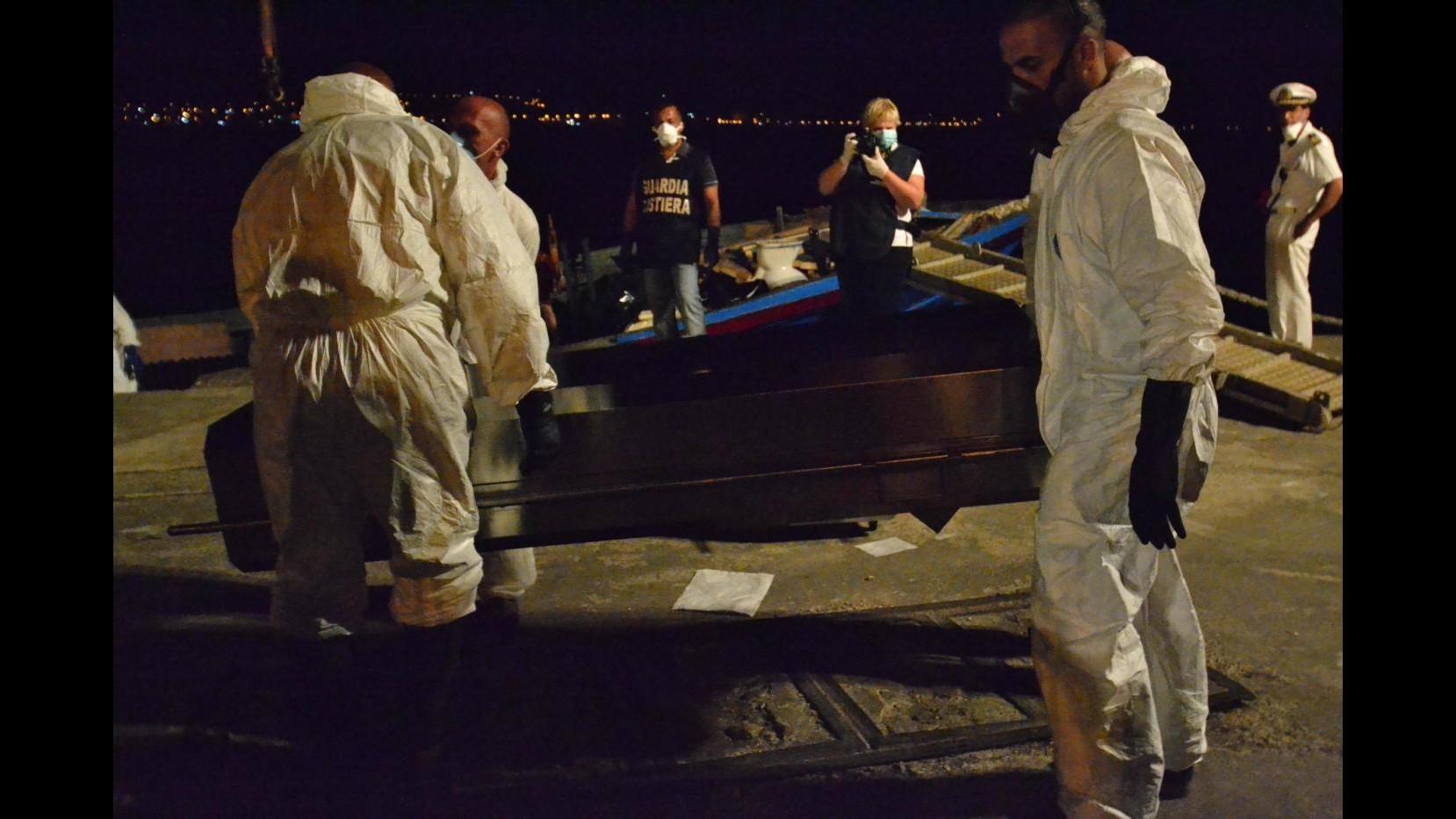 Sbarchi, saliti a 45 corpi migranti su peschereccio arrivato a Pozzallo