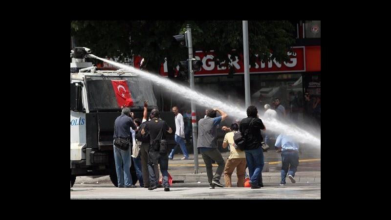Turchia, liquidi urticanti a Taksim. Erdogan parla a folla oceanica