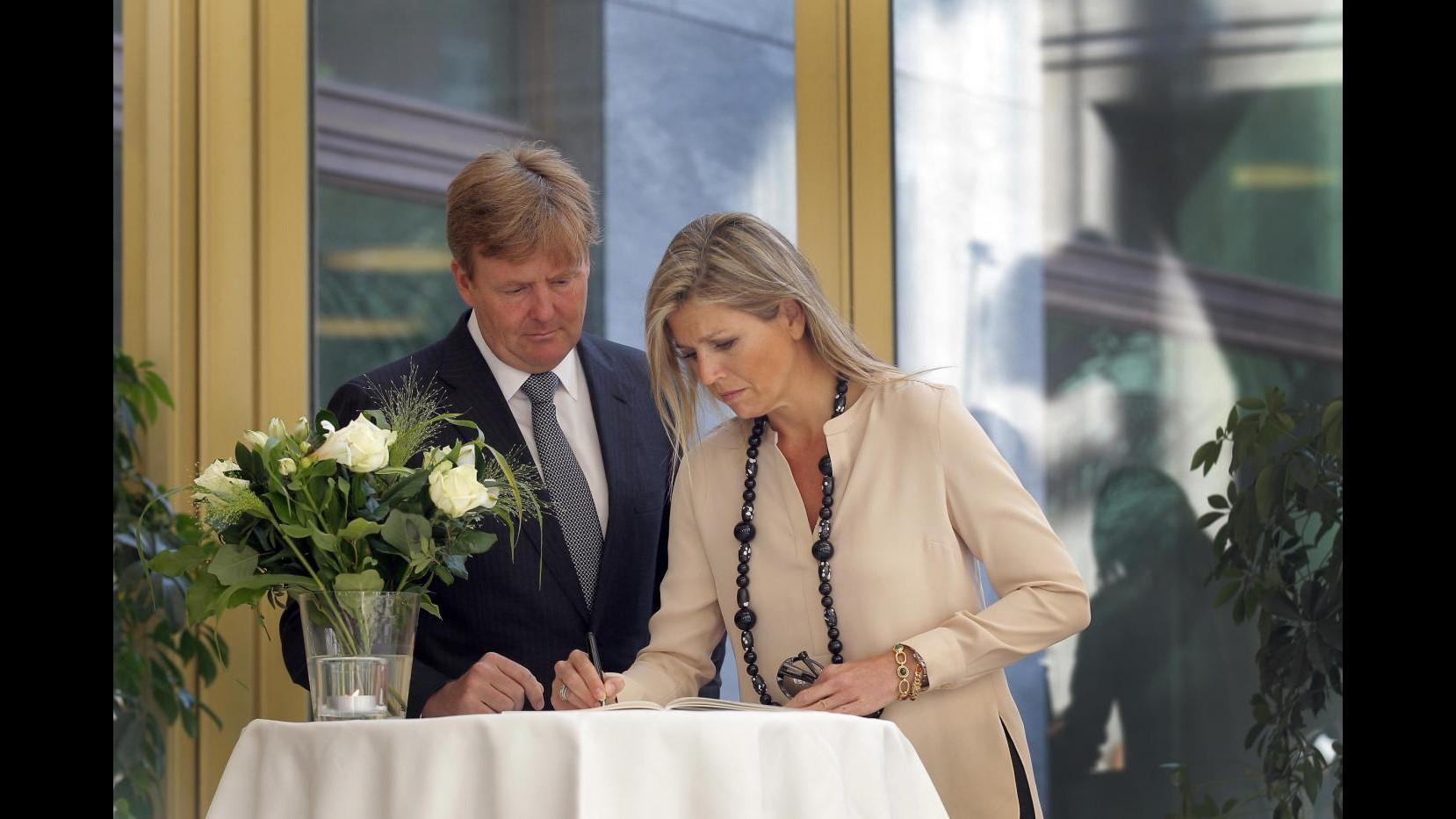 Ucraina, reali Olanda firmano libro condoglianze per morti volo Malaysia
