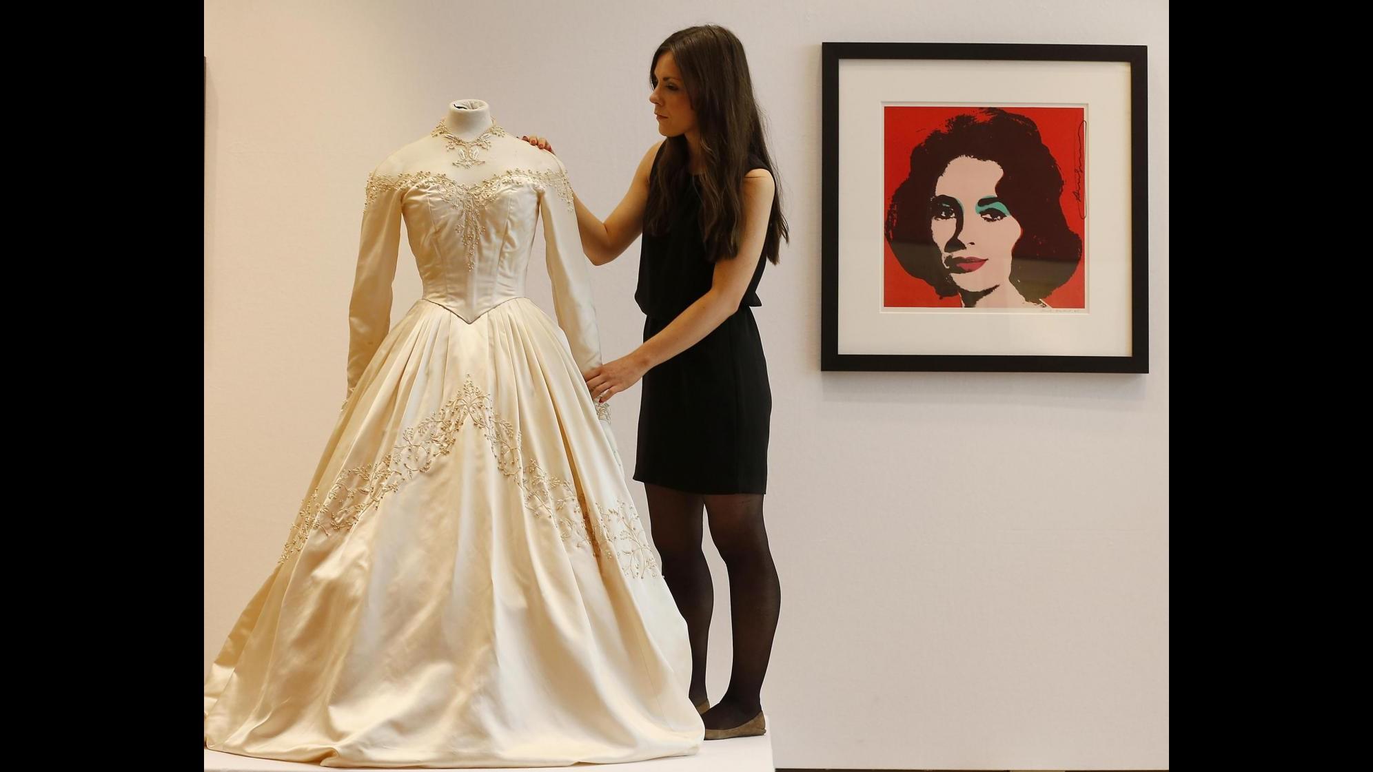 Primo abito da sposa di Liz Taylor venduto a 144mila euro