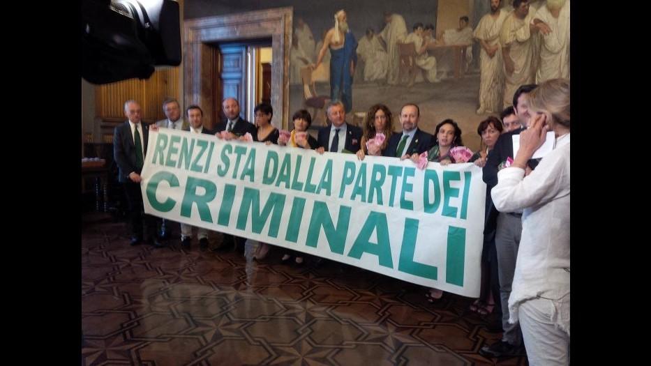 Carceri, striscione Lega Nord: Renzi sta dalla parte dei criminali