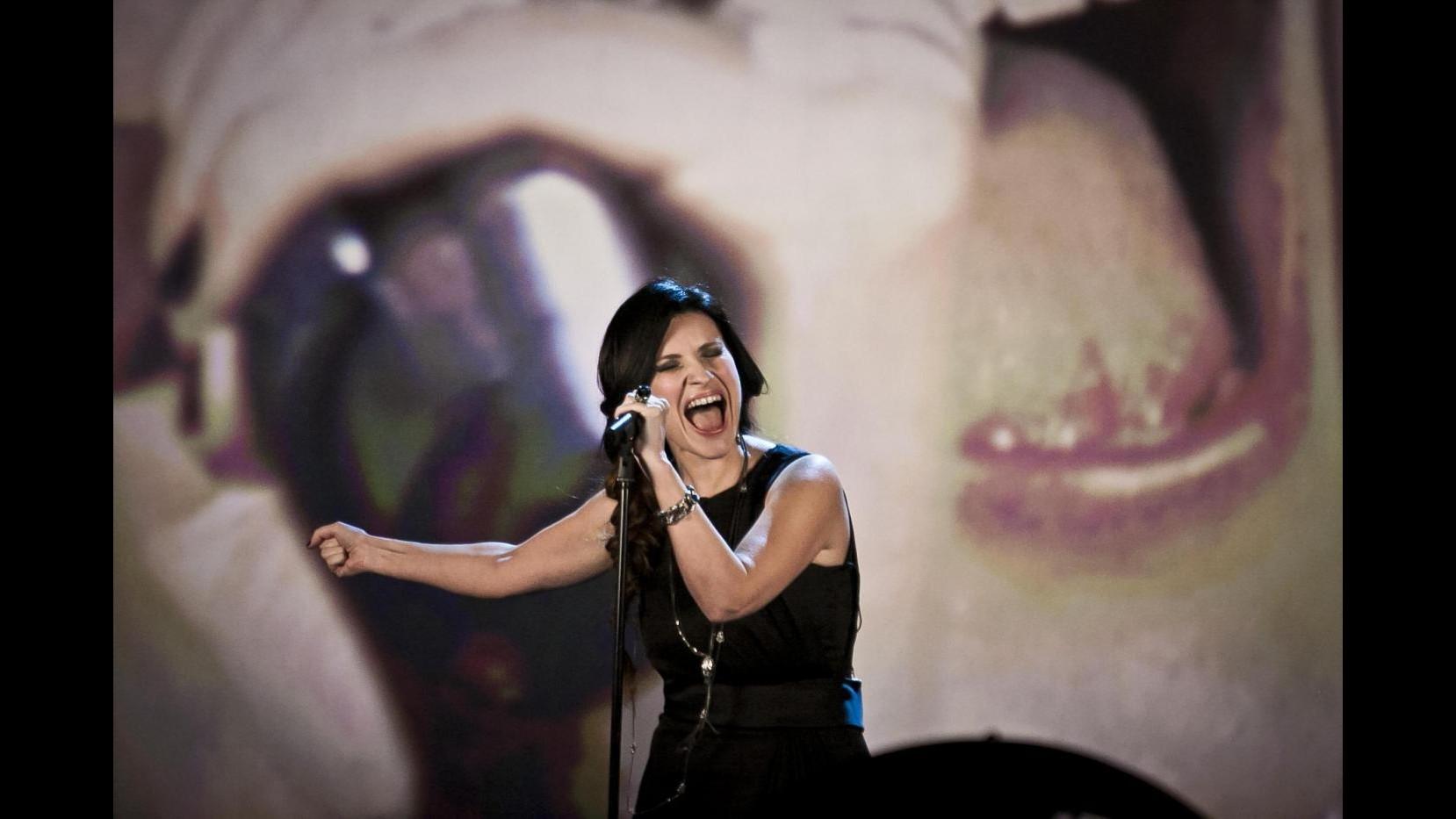 Incidente hot per Laura Pausini senza mutandine sul palco a Lima