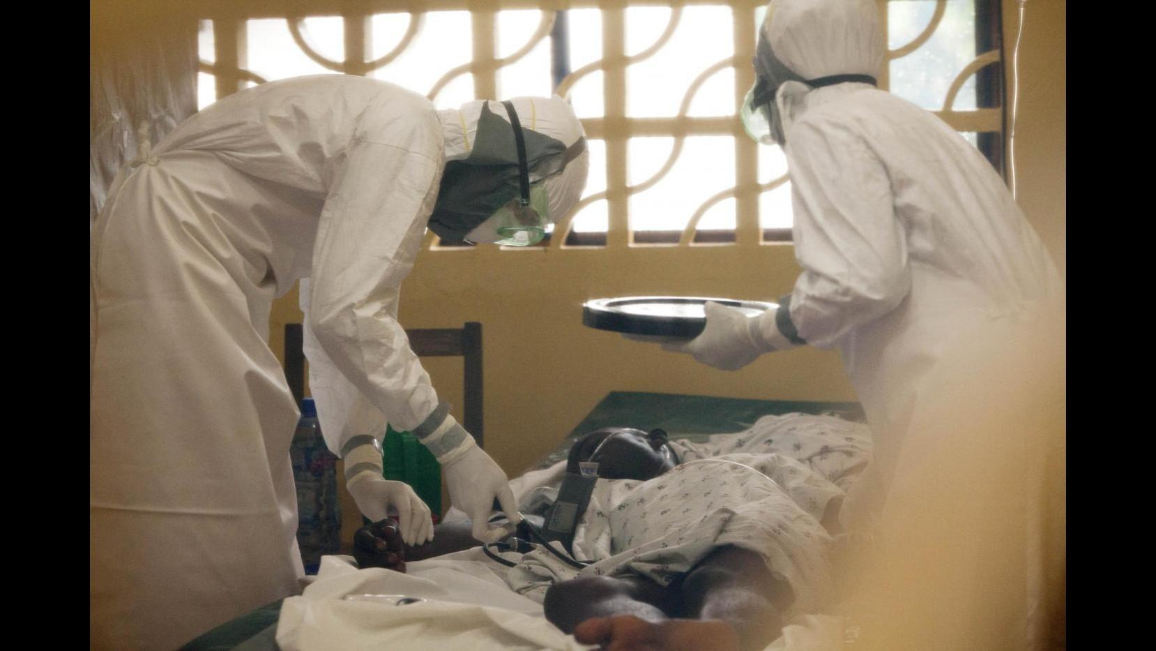 Ebola, zona in quarantena ma politico porta via la famiglia: scontri