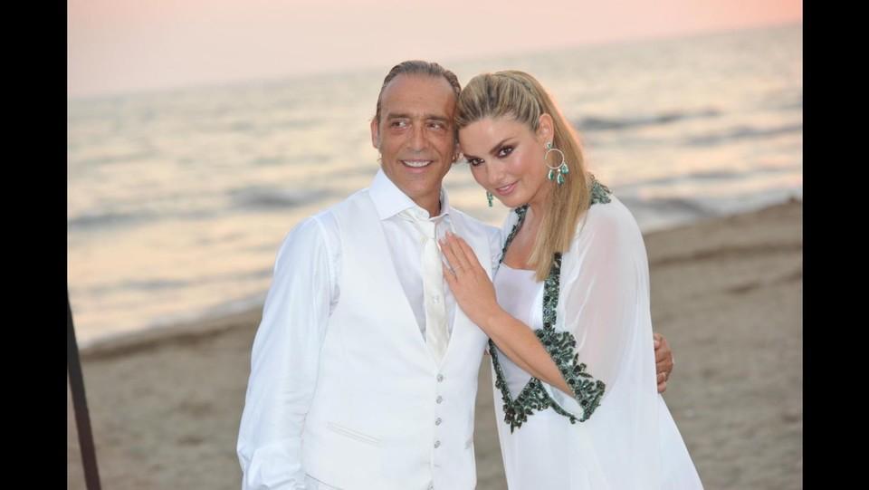 Matrimonio In Spiaggia Total White : Per luca ward e giada desideri nozze in spiaggia total white