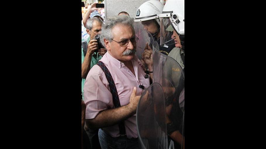 Grecia, leader sindacale scuole è vittima dei tagli: sospeso da ruolo