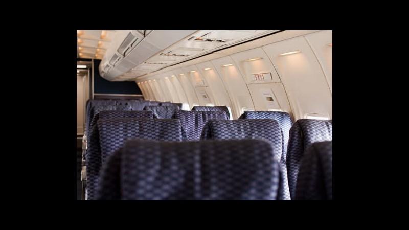 Usa, lite per sedile reclinato in aereo: anticipato atterraggio