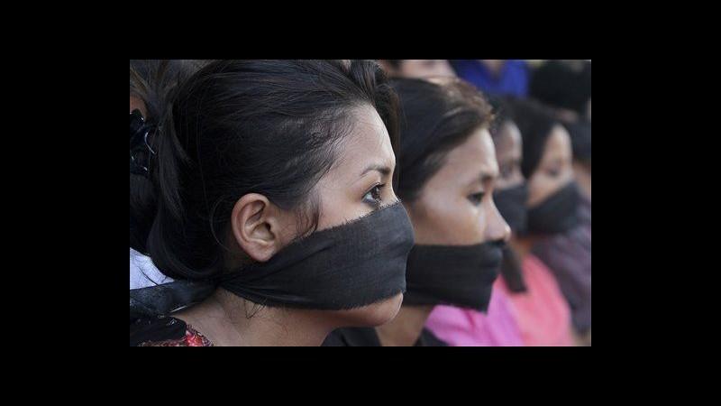 India, in arresto i 5 stupratori della fotoreporter. Lei: Presto al lavoro