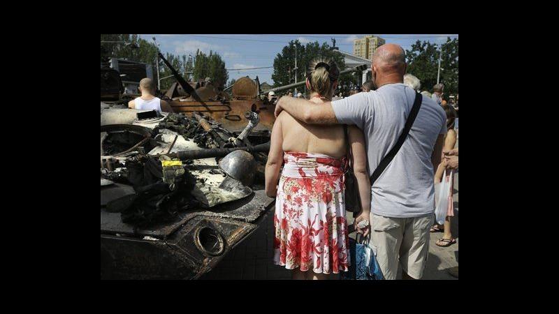 Ucraina, a Donetsk esposti in piazza veicoli esercito Kiev distrutti