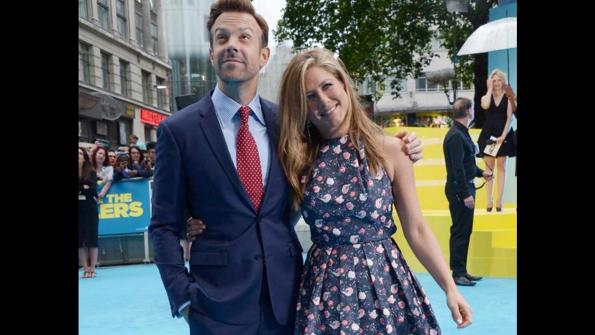 Jennifer Aniston sfida pioggia di Londra per 'Come ti spaccio la famiglia'