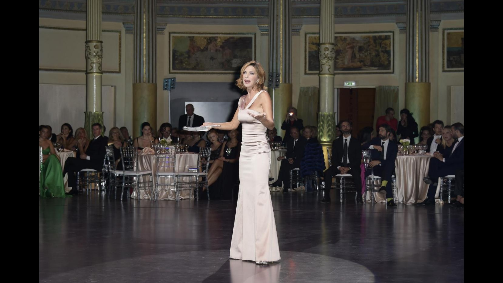 Veronica Maya romantica 'apre le danze' al Gran Ballo Viennese a Roma