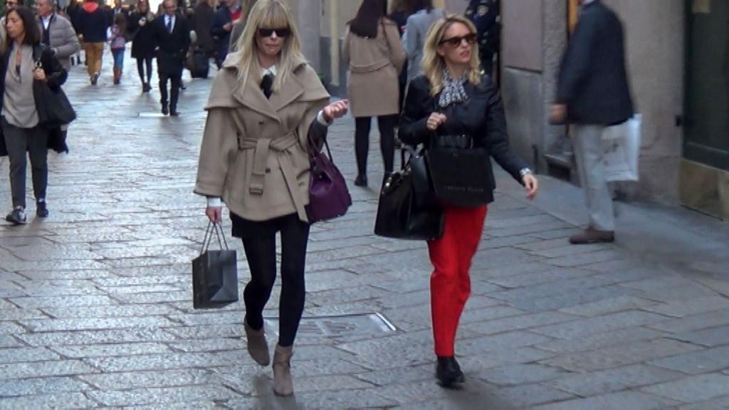 Justine Mattera in via Montenapoleone: look da ragazza porta accanto