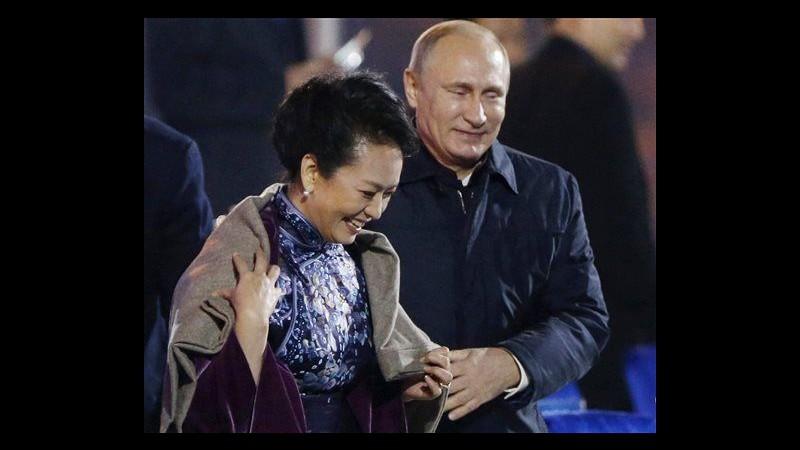 Apec, Putin offre coperta a moglie Xi Jinping: polemiche in Cina