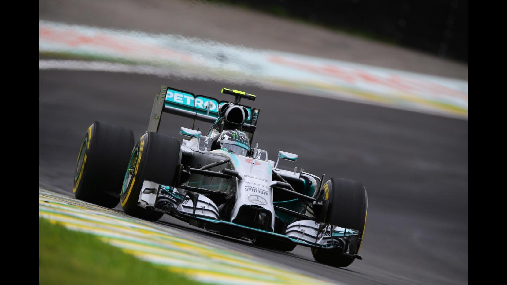 F1, Gp Brasile: Rosberg non molla, pole davanti a Hamilton e Massa. Alonso 8°