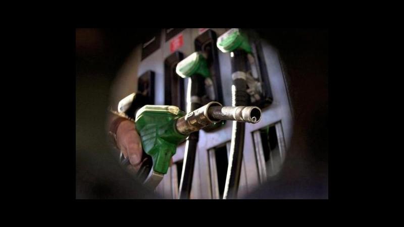 Carburanti, benzina cala sotto 1,6 euro. Codacons: Ma prezzo top in Ue