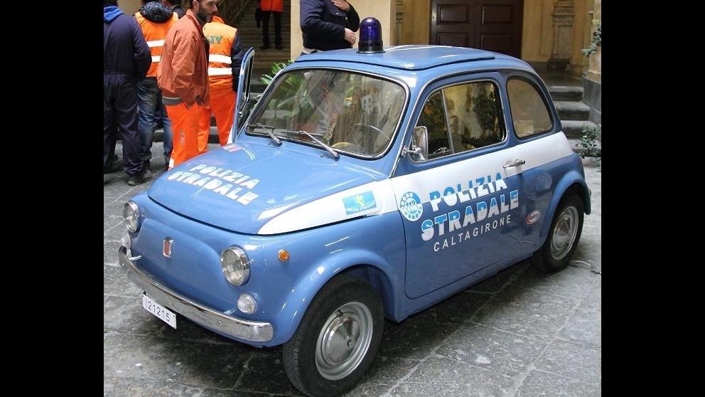 Natale, la Fiat 500 diventa un presepe mobile per la polizia stradale