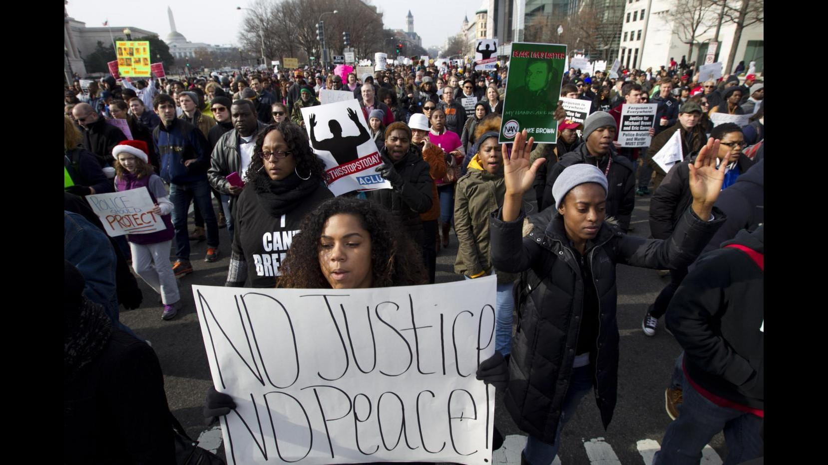 Usa, famiglia Brown condanna uccisione agenti NY: Lavoriamo per pace