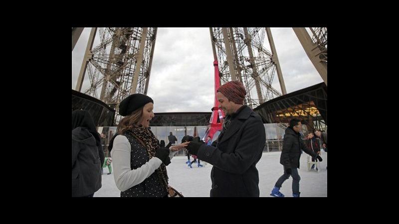 Proposta di nozze in cima alla torre Eiffel su pista di ghiaccio