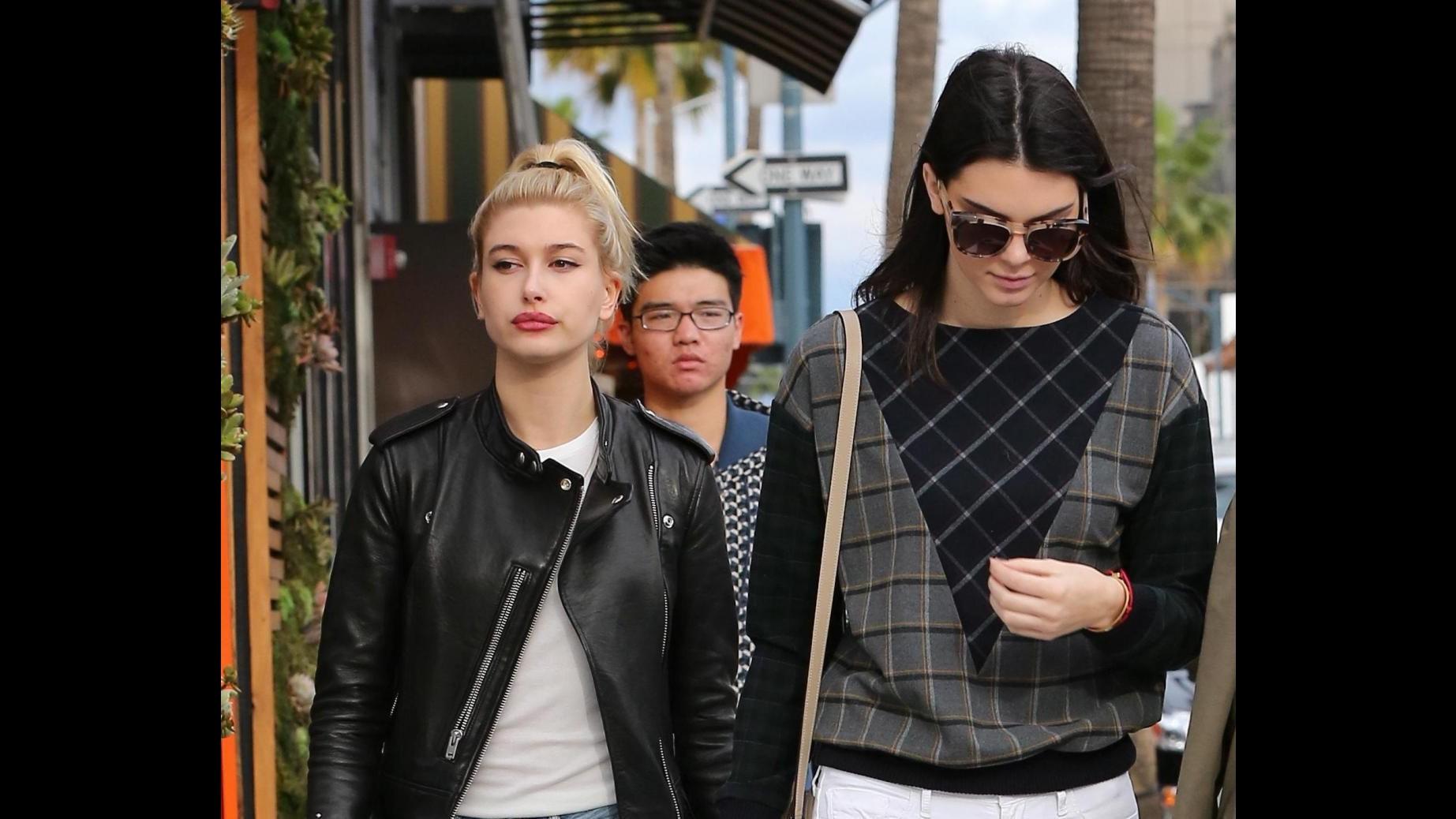 Kendall Jenner tenta inutilmente di passare inosservata all'aeroporto