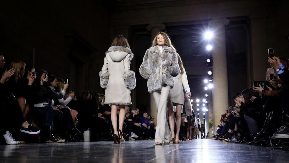 check out 4f5c3 1d7cd Tornano le pellicce alla settimana della moda di Londra