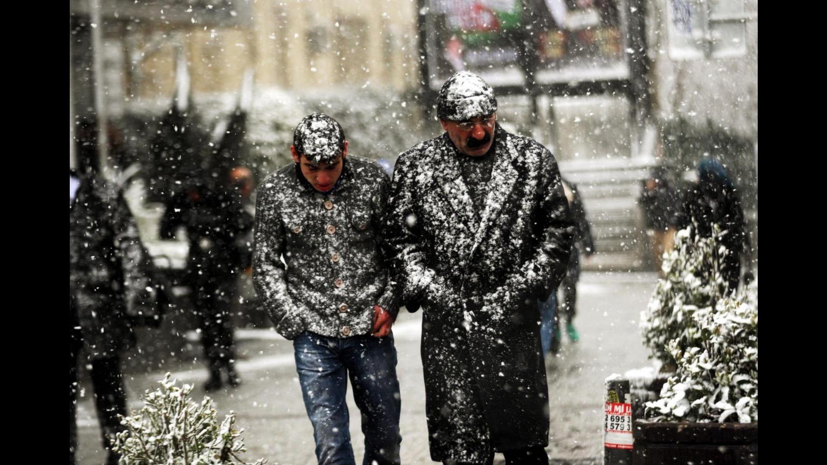 Maltempo, bufera neve paralizza Istanbul: 800 incidenti, chiuso Bosforo