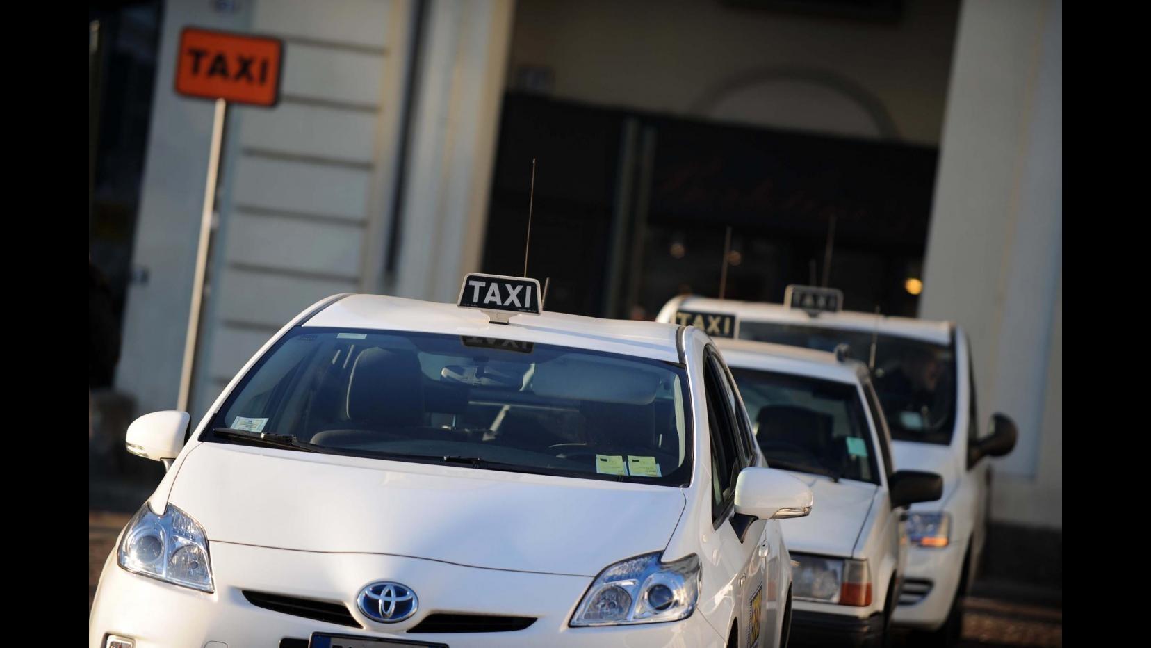 Torino, centinaia di tassisti in corteo contro 'Uber'